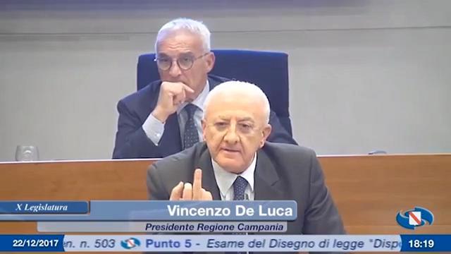 YOUTUBE Vincenzo De Luca mostra il dito medio a M5s e Ciarambino