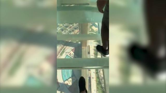Dubai, nella torre a forma di cornice: il pavimento di vetro fa paura