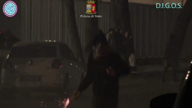 Foggia, guerriglia fuori dallo stadio con mazze e petardi: daspo per 5 tifosi