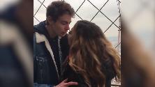 """Usa, """"Aiutatemi a ritrovarlo"""": la ricerca social del ragazzo baciato sulla Tour Eiffel"""