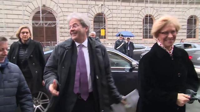 """""""Grazie per aver salvato l'Italia"""". La signora lo loda, Gentiloni fa il modesto: """"Addirittura"""""""