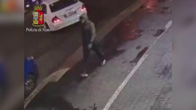 Donna uccisa al parco, la polizia di Milano diffonde il video dell'assassino