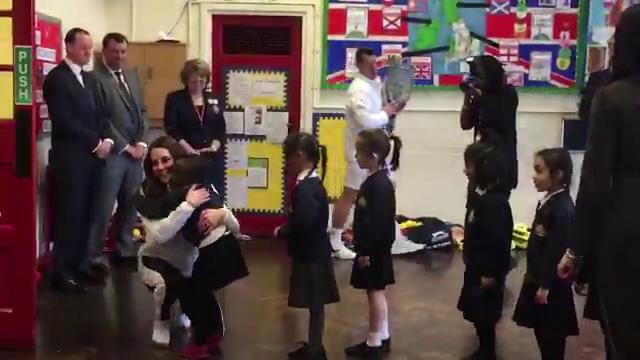 Gb, il protocollo è roba da grandi: le bimbe si mettono in fila e abbracciano Kate