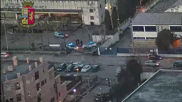Prato, blitz della polizia contro la mafia cinese: le immagini dall'alto