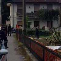 Trovato cadavere di un uomo nel giardino di una casa in ristrutturazione