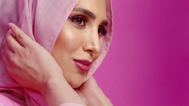 Amena Khan, la prima donna con l'hijab in uno spot per la cura dei capelli