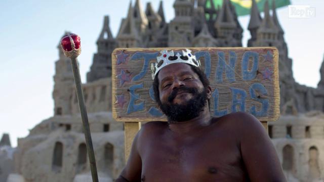 Brasile, il 're' di Rio de Janeiro: da 22 anni vive in un castello di sabbia