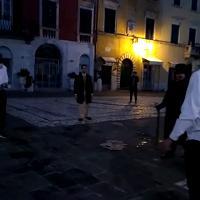 All'alba si sfidano a colpi di fioretto in piazza