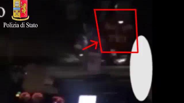 Milano, tassista abusivo arrestato per violenza su due donne: il video di una delle vittime