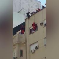 Argentina, il 'volo' del Vigile del Fuoco: giù dal tetto per salvare il suicida