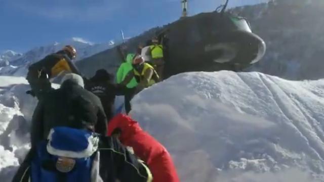 Alto Adige, il salvataggio con gli elicotteri dei turisti bloccati nell'hotel