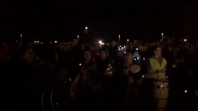 Irlanda, nella città di Dolores O'Riordan gli abitanti cantano Zombie
