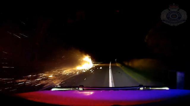 Australia, folle corsa in autostrada: oltre 20 km con il rimorchio in fiamme