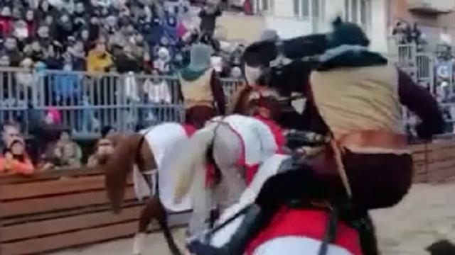 Incidente alla Sartiglia, cavaliere disarcionato travolge una donna