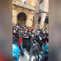 Bologna, scontri fra collettivi e polizia