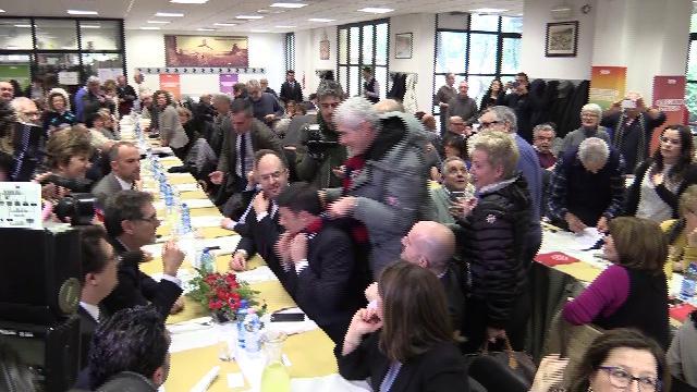 Bologna, ''agguato'' di Casini a Renzi con sciarpa rossoblu. Il leader Pd: ''Su questo non si scherza''