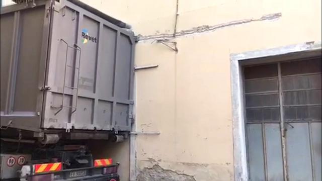 Camion azzarda la manovra: danneggia un muro e trancia cavi elettrici