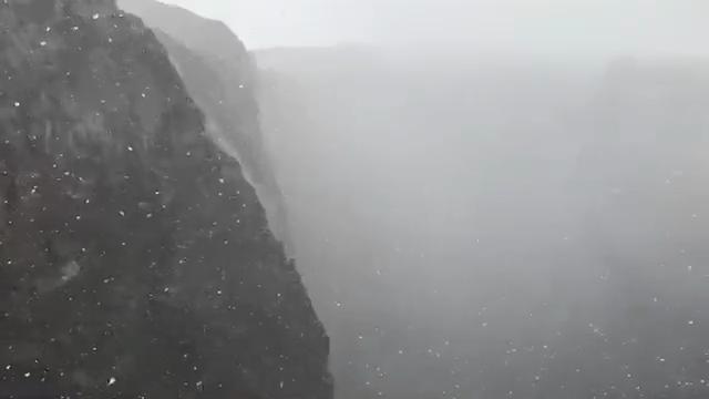 Vesuvio, la danza dei fiocchi di neve  sul cratere
