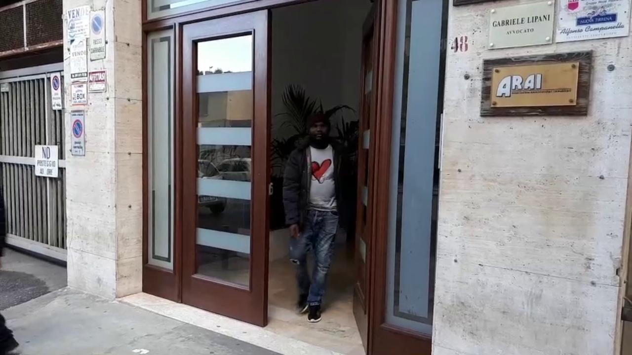 Palermo peter l 39 eroe per caso che sogna un permesso di for Permesso di soggiorno ferrara