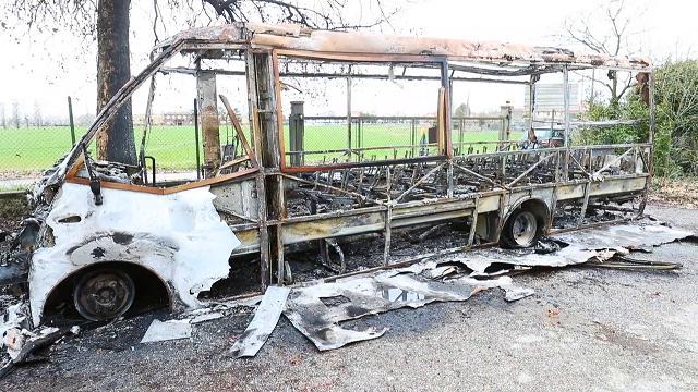 Scuolabus in fuoco durante la notte