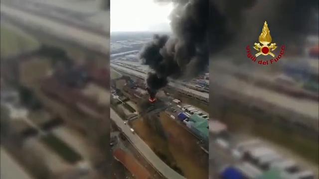 Torino, la colonna di fumo dell'incendio in strada del Portone vista dall'elicottero