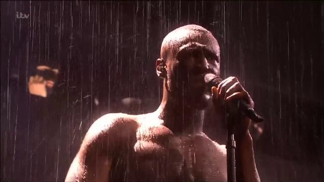 Londra, Brit Awards: il rapper Stormzy vince e attacca Theresa May