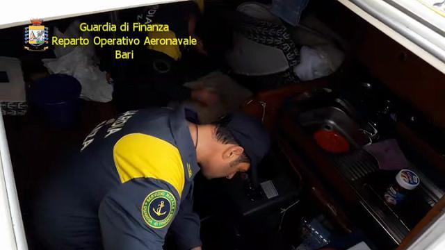 Brindisi, trasportavano migranti: arrestati gli scafisti col veliero