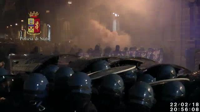 Torino, gli scontri con gli antagonisti nei video della polizia