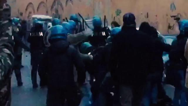 """Salvini a Pisa, scontri tra manifestanti e polizia: """"Dovete andare via da qua"""""""