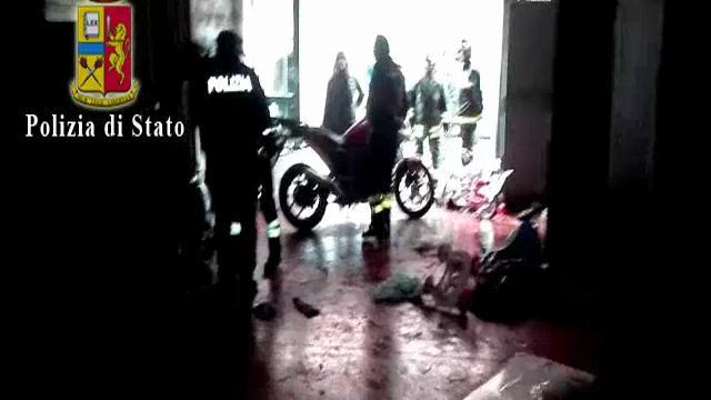 """Bombe a mano e oltre 100 proiettili, la polizia irrompe nel """"Bronx"""" di San Giovanni"""