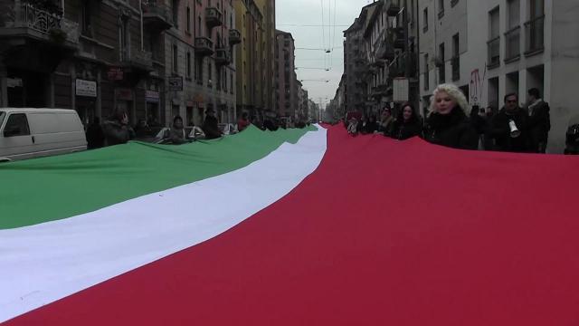 """Milano, Meloni con il maxi tricolore in via Padova. Gli abitanti: """"Via i fascisti"""" e cantano 'Bella Ciao'"""