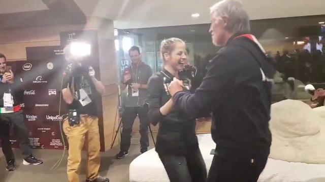 Olimpiadi 2018, artmosfera di festa a Casa Italia: Malagò e Kostner ballano insieme