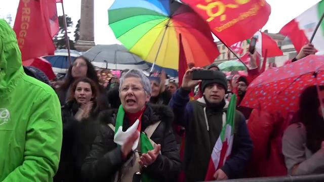"""Corteo antifascista a Roma: nonni, figli, e nipoti a squarciagola uniti da """"Bella Ciao"""""""