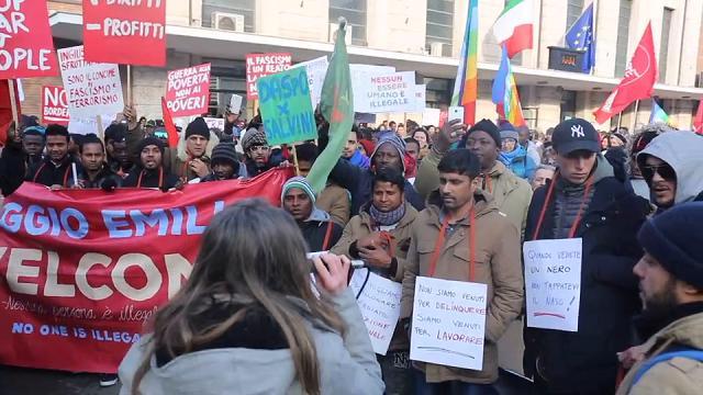 Corteo antirazzista, 300 migranti sfilano per il centro di Reggio Emilia