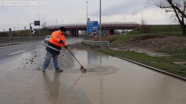 Modena, perdite d'acqua a ripetizione in città