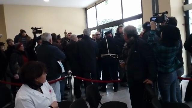 Napoli, sacchetti di rifiuti contro De Luca all'inaugurazione del reparto dell'ospedale