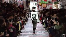 Dior: proteste e slogan femministi, la sfilata ricorda il Sessantotto