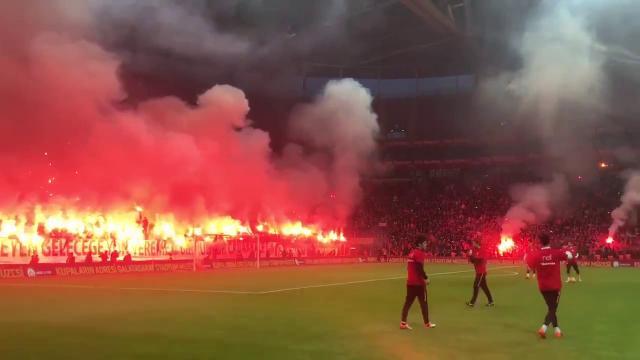 Turchia, sembra una finale ma è un allenamento: migliaia di tifosi incitano il Galatasaray