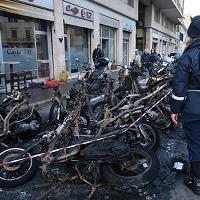 Livorno, cosa resta degli scooter bruciati in piazza Roma