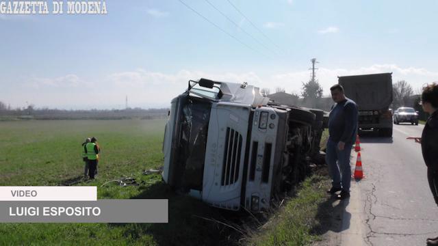 Modena, camion si rovescia e il bitume si riversa nel campo