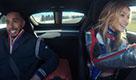 Gigi Hadid al volante della supercar: Lewis Hamilton suda freddo
