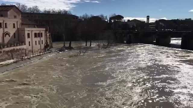 Roma, il Tevere in piena: le immagini da Ponte Milvio all'Isola Tiberina