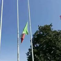 Silenzio e applausi, il saluto dei vigili del fuoco ai colleghi morti a Catania