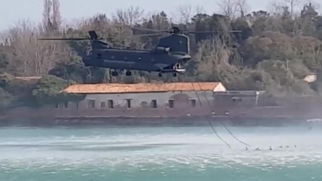 Un Elicottero Recupera Dall Oceano : Un elicottero recupera delle persone dall acqua della