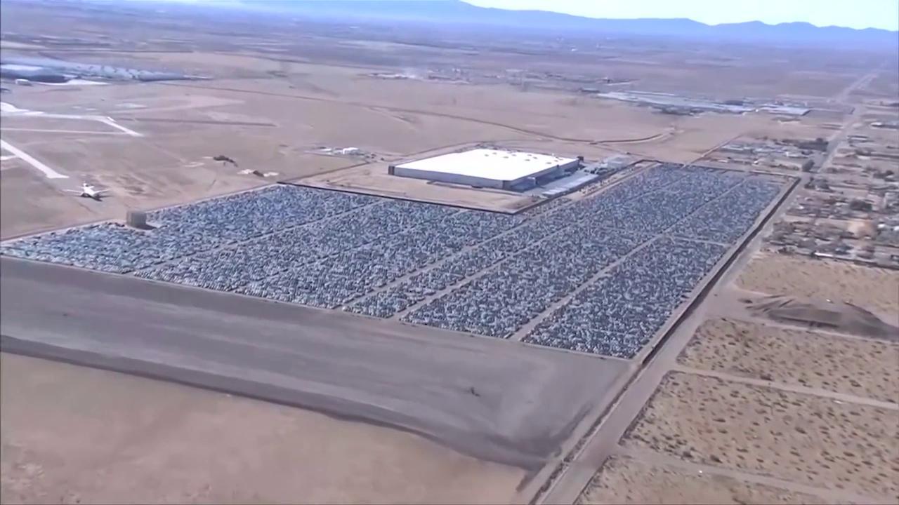 Resultado de imagen de California, il limbo delle Volkswagen: in volo sul maxi parcheggio nel deserto