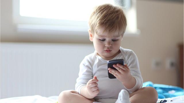 Nativi digitali: già a un anno davanti allo schermo e a sei anni il primo smartphone