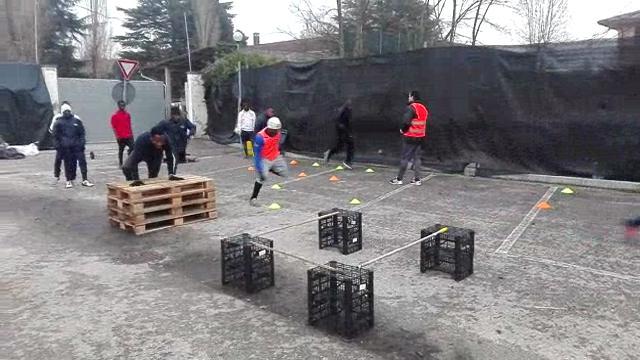La squadra dei profughi di Treviso si allena in parcheggio: vince il campionato
