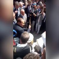 Molise, Berlusconi suona il 'bufù' con un gruppo folk locale