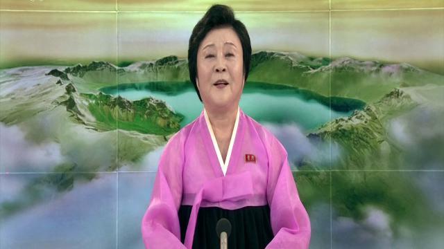 Nord Corea, stop ai test nucleari: l'annunciatrice in rosa dà la notizia in tv