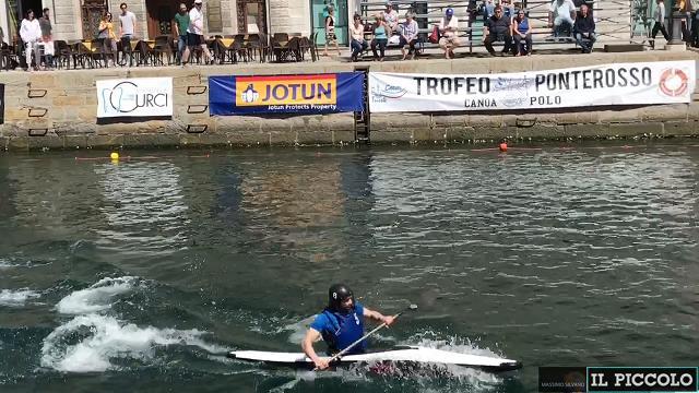 """Il trofeo """"Ponterosso"""" di canoa polo a Trieste"""